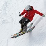 Skifahrer mit Skihelm
